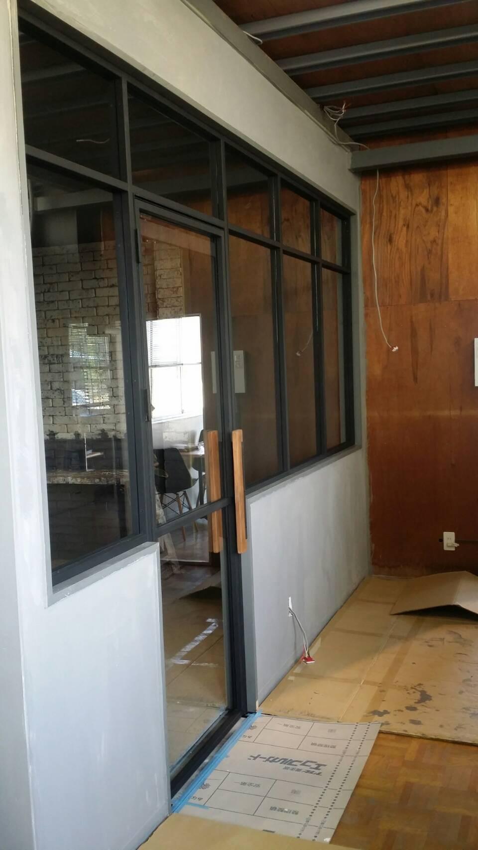 室内用スチール製ドアとFIX窓を製作しました。